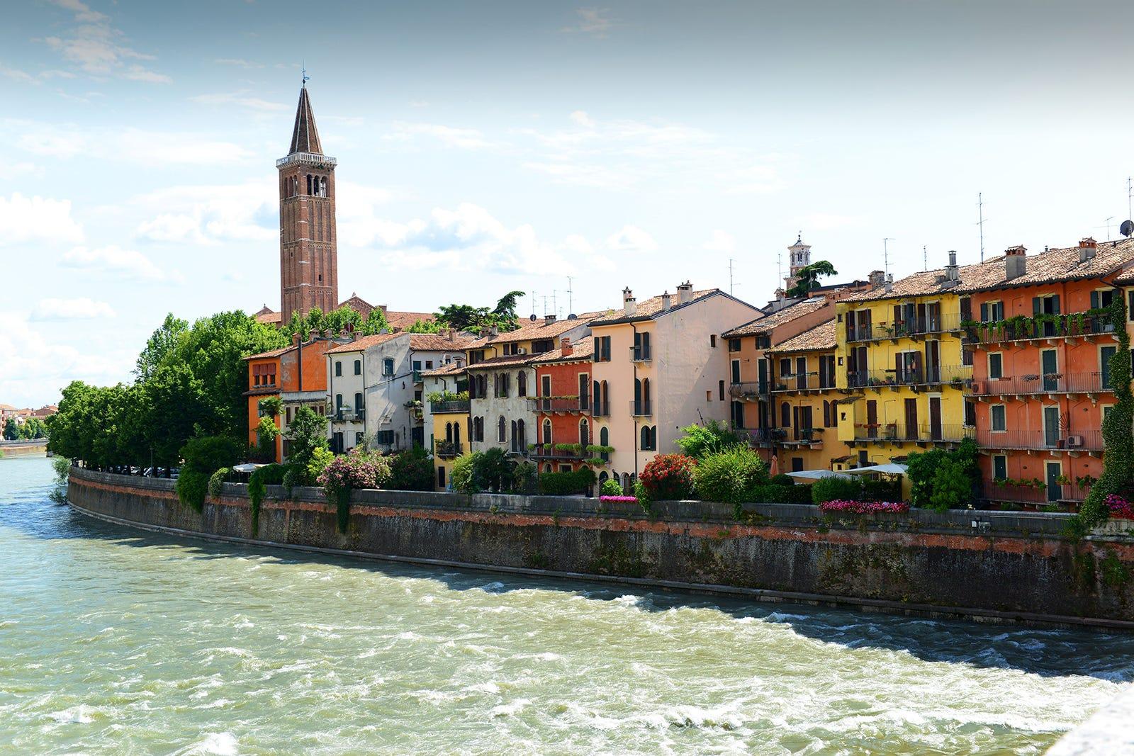 Kota ini terletak antara Milan dan Venesia, tempat lahirnya sastrawan-sastrawan Italia. Kota ini sering dijadikan sebagai tujuan foto-foto prewedding | Shutterstock
