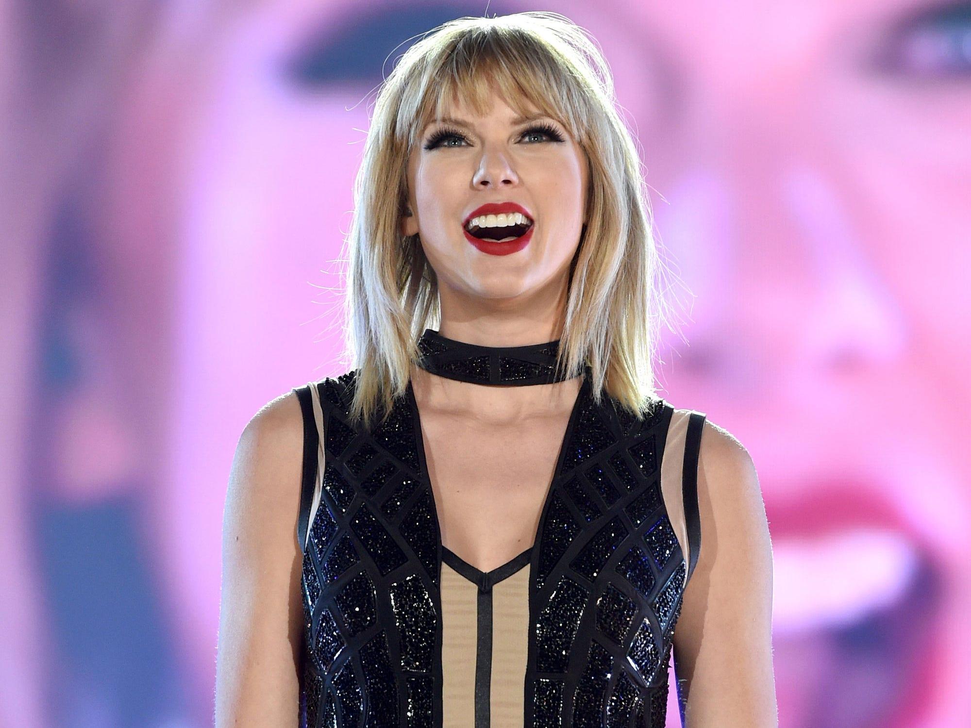 Taylor Swift Sent A Fan Graduation Flowers