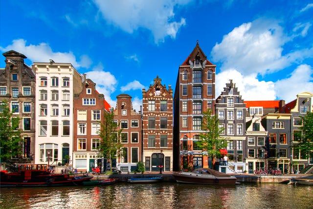 Amsterdam dikenal dengan kehidupan yang vibrant di malam hari yang membuat kota ini tetap hidup meski larut malam. | Getty Images