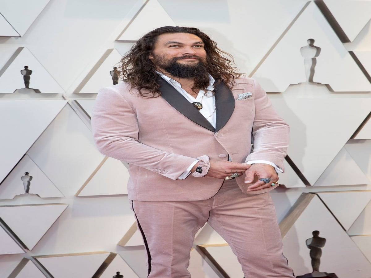 Jason Momoa s Beloved Pink Scrunchie Made It To The Oscars Red Carpet