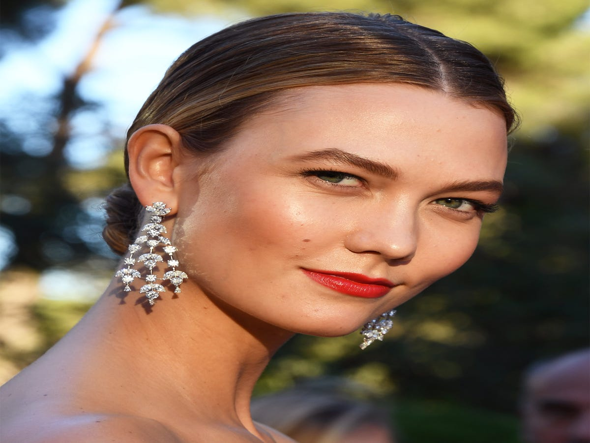 Karlie Kloss Always Wears These 5 Beauty Trends — & No One Has Noticed
