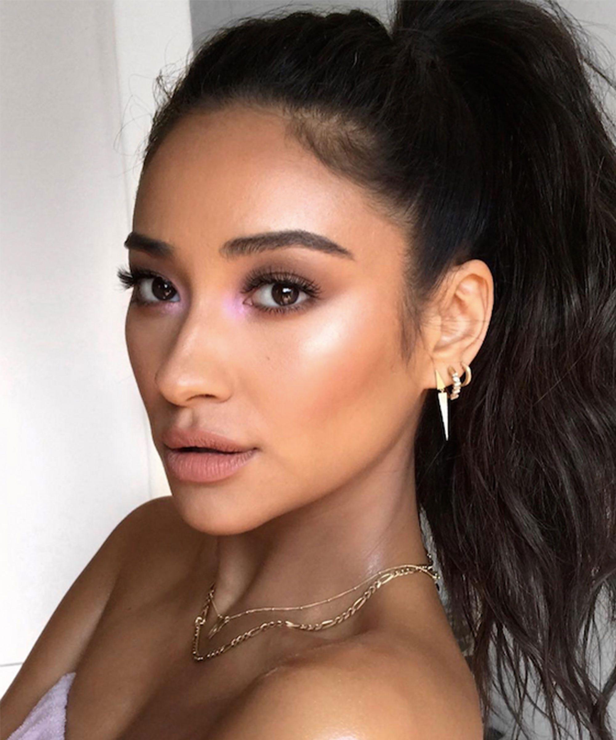 Inner Eye Corner Strobing Eyeshadow Makeup Trend