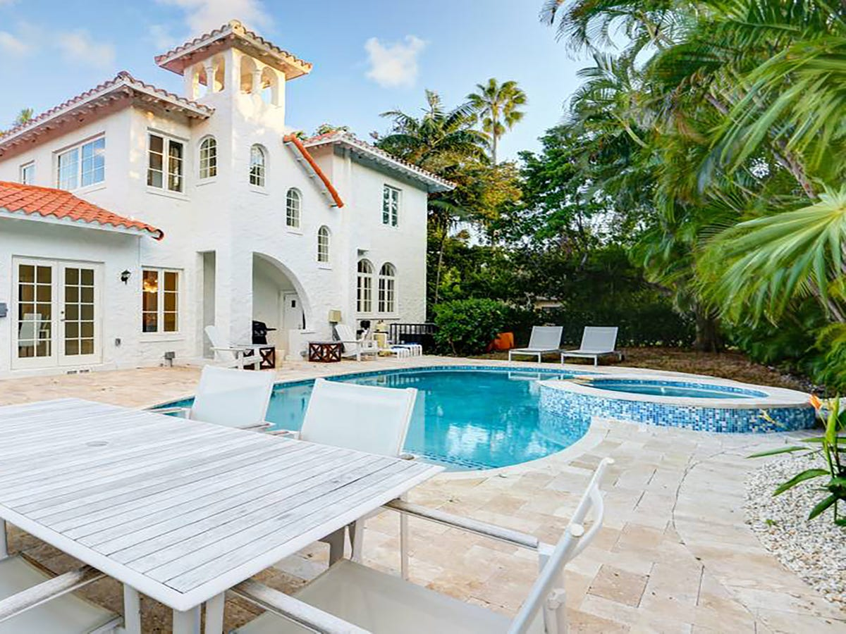 17 Affordable McMansion-Type Rentals For Big Group Getaways