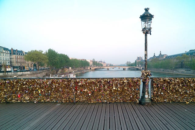 Paris pont des arts bridge collapse love locks for Locks on the bridge in paris